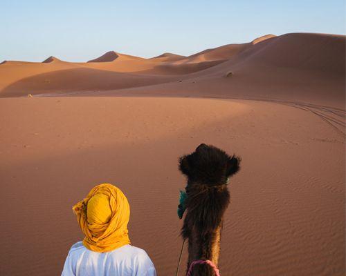 Un homme et son chameau dans le désert du Sahara près de Marrakech au Maroc