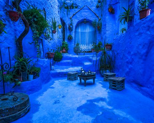 Une ruelle de la ville bleue Chefchaouen au Maroc