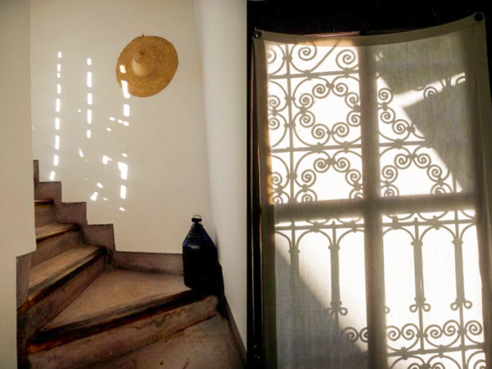 Des escaliers avec des ombrages dans un riad à Marrakech