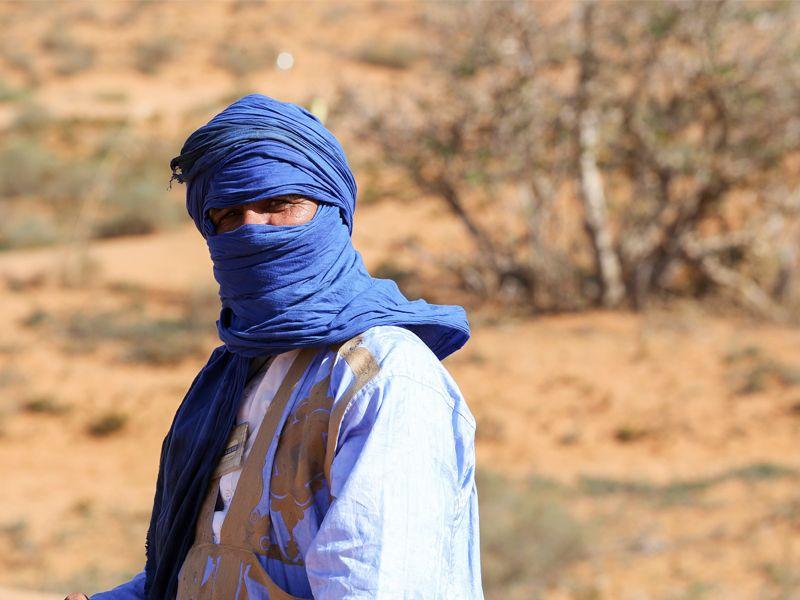 Un homme berbère dans le désert du Sahara
