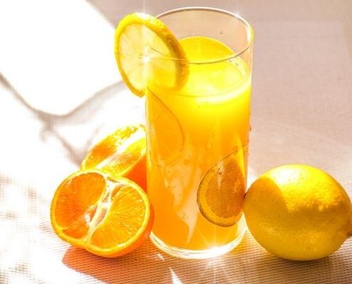 Jus d'orange frais avec des oranges
