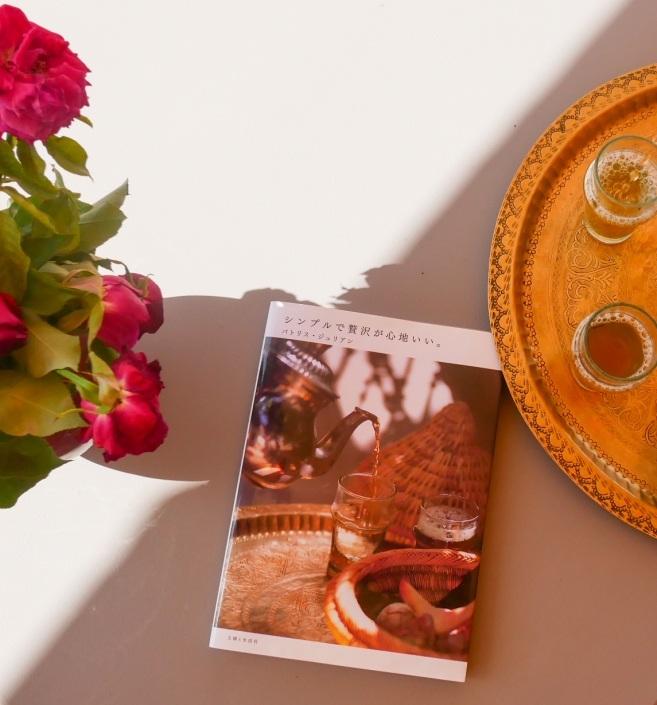 Magazine de décoration et d'architecture marocaine d'un riad à Marrakech avec un plateau de thé