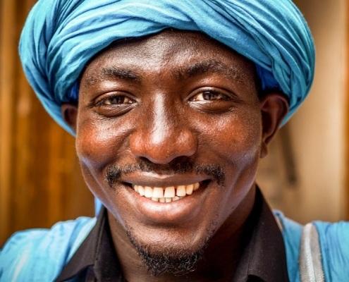 Homme noir marocain vêtu de bleu