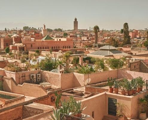 Photo de la vue des quartiers de Marrakech avec la mosquée de la Koutoubia au loin