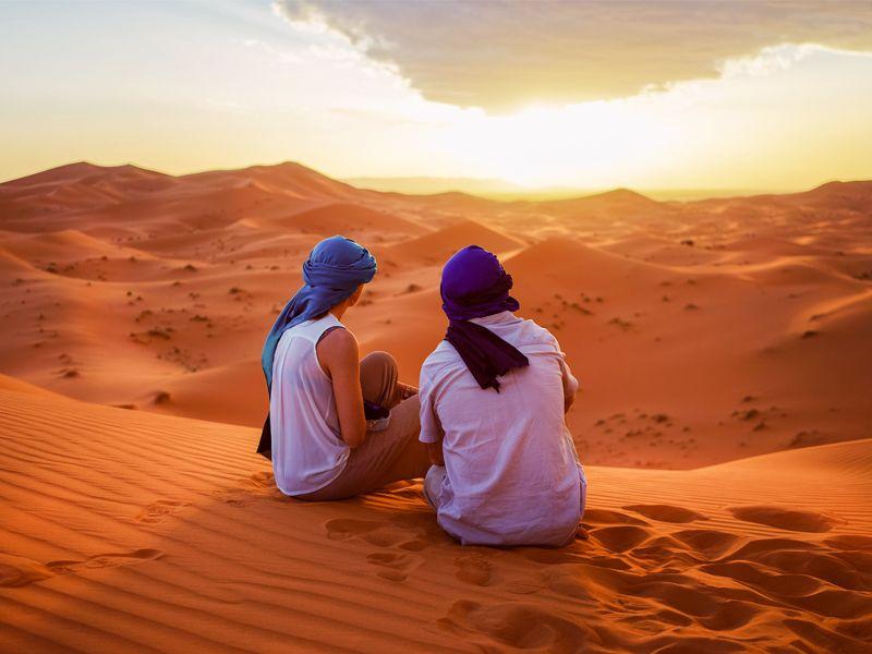 Deux personnes contemplent les dunes du désert de Merzouga, près de Marrakech