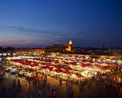 Place Jemâa El F'na à Marrakech de nuit au Maroc
