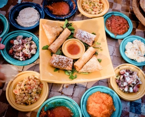 Plats marocains sur le sol de Marrakech