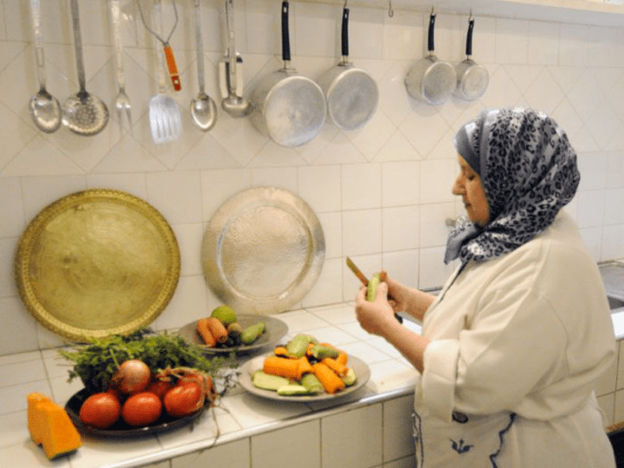 Photo d'une cuisinière marocaine qui prépare à manger dans un riad à Marrakech au Maroc
